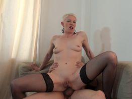 La salope blonde Mia, 34ans, veut du sexe anal hard !   IllicoPorno