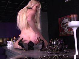 Sextoys géants et double anale avec la salope blonde Lola | IllicoPorno