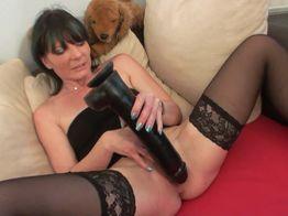 Eva joue avec son énorme gode | IllicoPorno