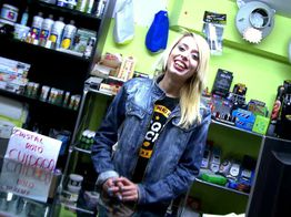Erika, vendeuse de cannabis à la chatte poilue ! | IllicoPorno