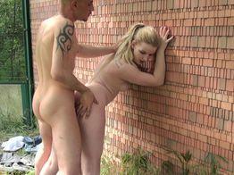 La salope Blondie tapine sur les aires d'autoroute !   IllicoPorno