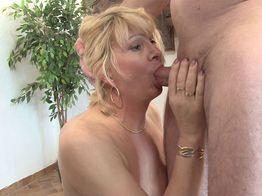 Anaïs, une salope blonde mature traîne son mari devant les caméras ! | IllicoPorno