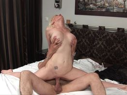 Sodomie : Caroline, salope cougar blonde veut du sexe anal !   IllicoPorno