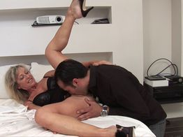 Marina, grosse cougar en manque de sexe hard !   IllicoPorno