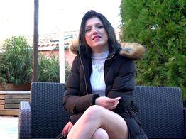 Une premier porno pour la jeune brunette Perle | IllicoPorno
