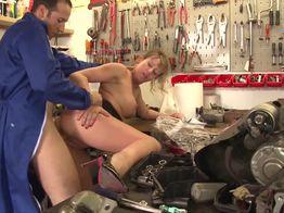 Mathilde se fait enculer par un mécano | IllicoPorno