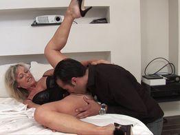 Marina, grosse cougar en manque de sexe hard ! | IllicoPorno