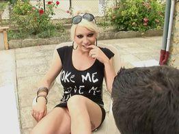 La salope blonde Sabrina rencontre un couple libertin et en profite ! | IllicoPorno