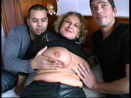 Lou, une cougar aux gros seins, se fait baiser par deux jeunes ! | IllicoPorno