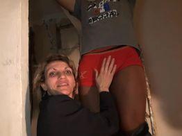 Une cougar offre son beau cul sur un chantier à deux lascars! | IllicoPorno