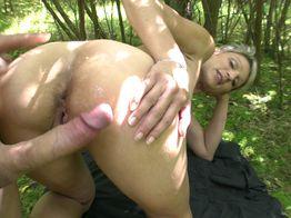 Soizic la cougar s'amuse dans les bois | IllicoPorno