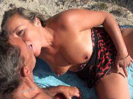 La mature se fait démonter sur la plage ! | IllicoPorno